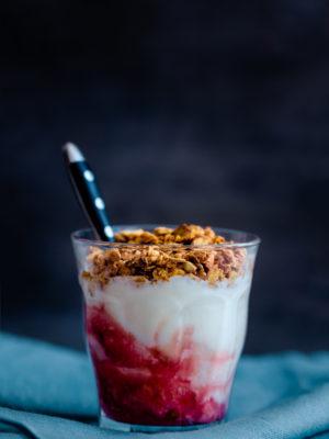 Kihiline vaarika-granola tops kreeka jogurtiga